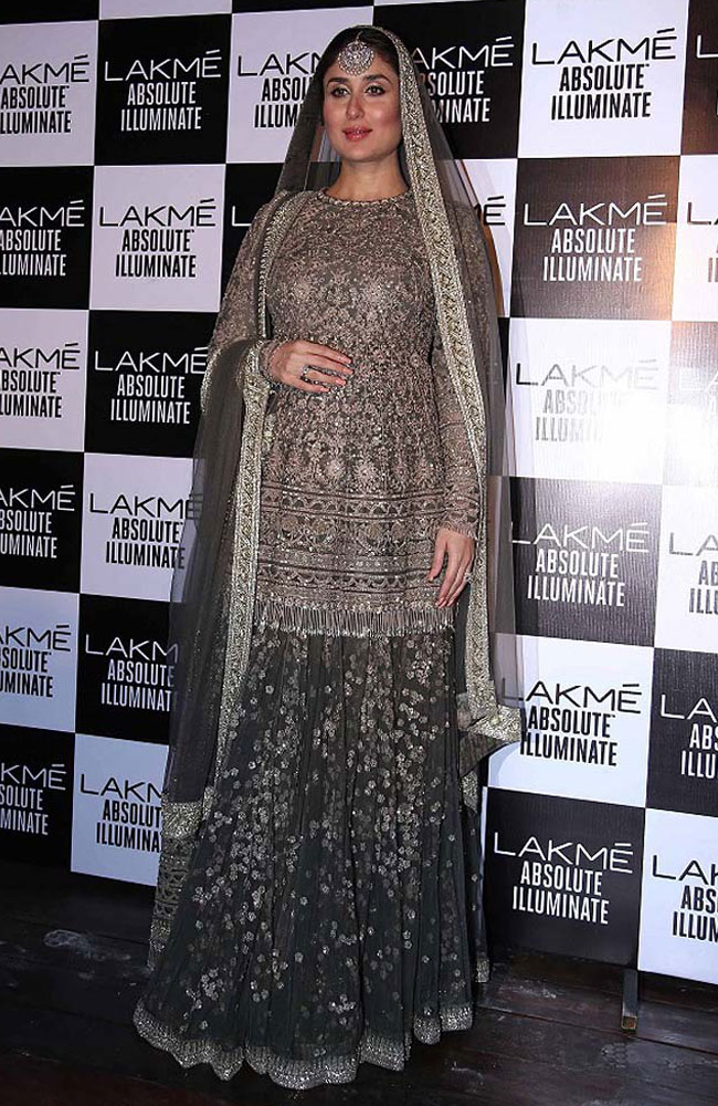 Kareena-Kapoor-sabyasachi-showstopper-Lakme-fashion-week-Winter-Festive-2016-grey-lehenga