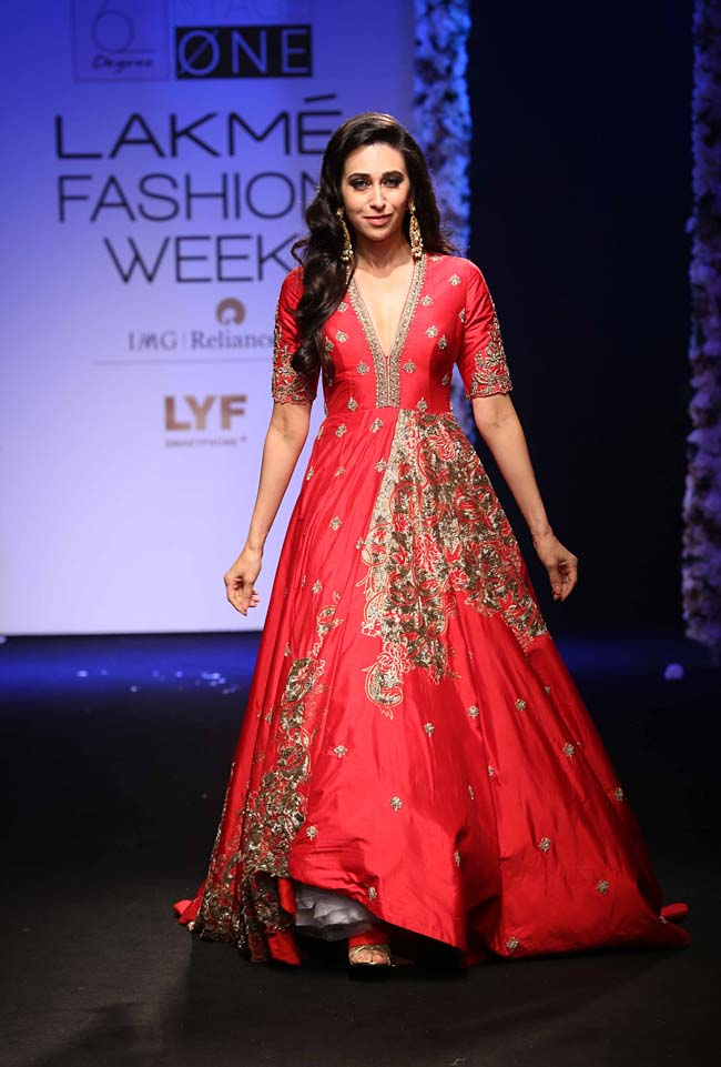 Karishma-Kapoor-Architha-Narayanam-showstopper-lakme-fashion-week-LFW-winter-festive-2016-bollywood-actress