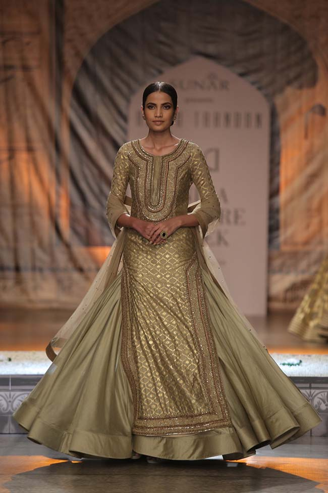 Reynu Taandon-India-Couture-Week-2016-collection-golden-side-slit-top-grey-skirt-sheer-dupatta (5)