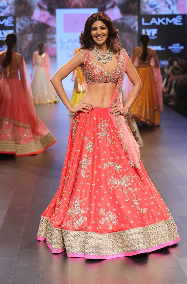 Shilpa-Shetty-Anushree-Reddy-showstopper-lakme-fashion-week-LFW-winter-festive-2016-bollywood-celebrity-actress
