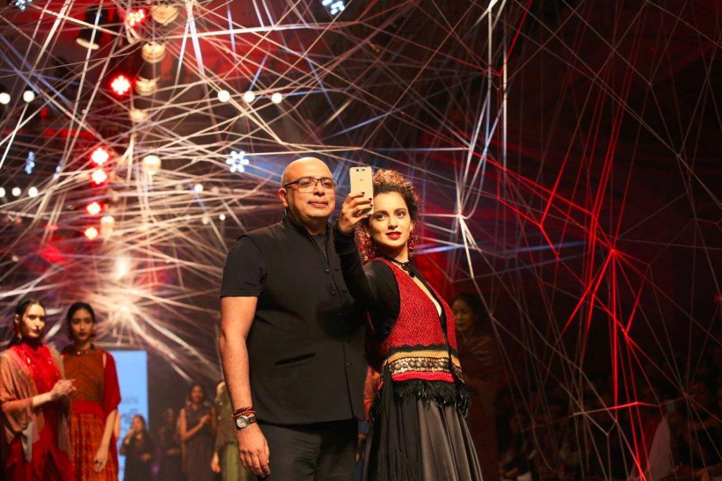 bollywood-Kangana Ranaut-tarun-tahiliani-selfie-Lakme-Fashion-Week-Winter-Festive-2016