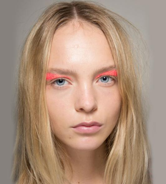 eye-shadow-giambasttista-valli-red-eye-shadow-beauty-fashion-show-impression-61-spring-2016-1
