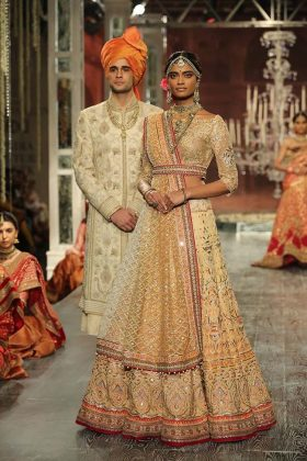 tarun-tahiliani-couture-collection-icw-2016-dresses (13)-bridal-grooms-lehenga-outfit