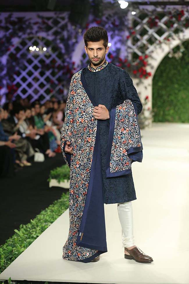 varun-bahl-India-Couture-Week-2016-collection-navy-blue-embroidery-sherwani-floral-dupatta (12)