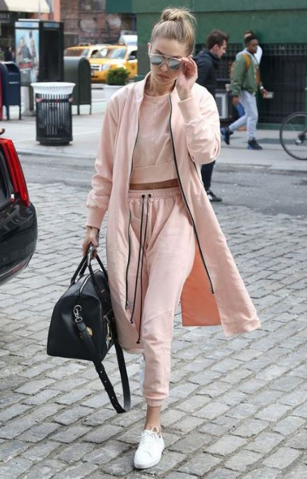 athleisure-outfit-gigi-hadid-cropped-sweathshirt-white-sneakers