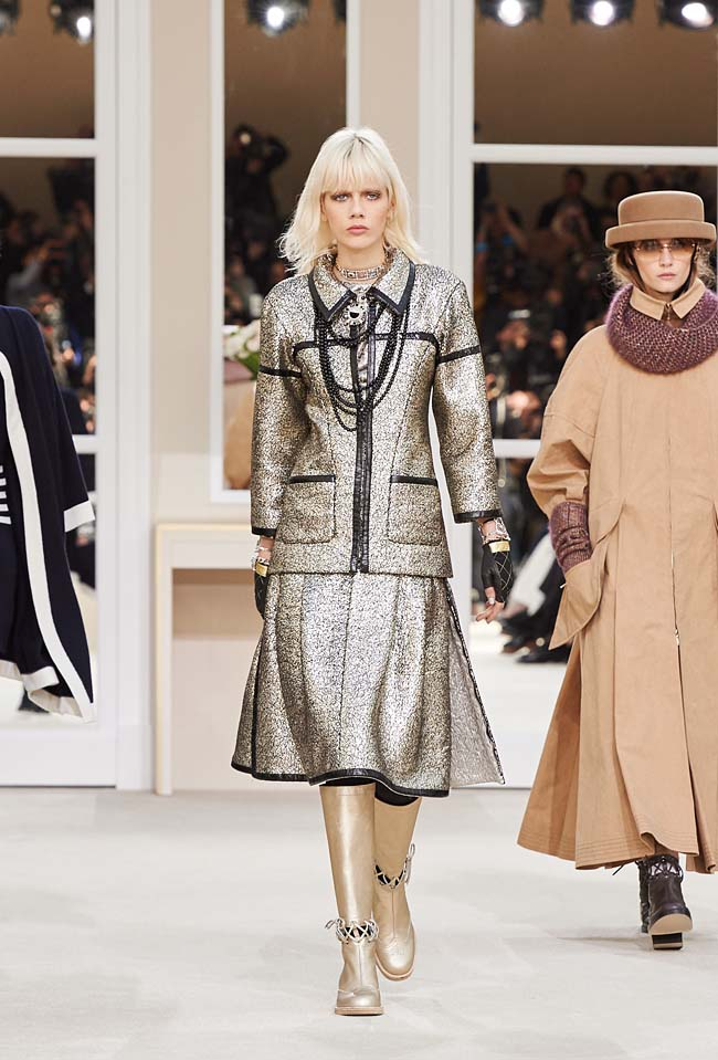 chanel-fall-winter-2016-collection-rtw-ready-to-wear-dresses (62)-silver-skirt-suit-gold-boots