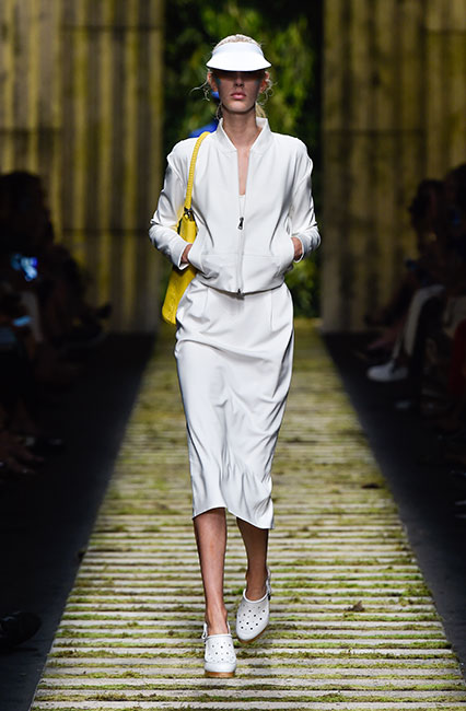 max-mara-ss17-collection-spring-summer-2017-dress-21-collared-white-color-yellow-handbag-cap