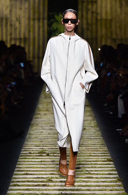 max-mara-ss17-collection-spring-summer-2017-dress-25-white-long-top-leggins-brown-shoes