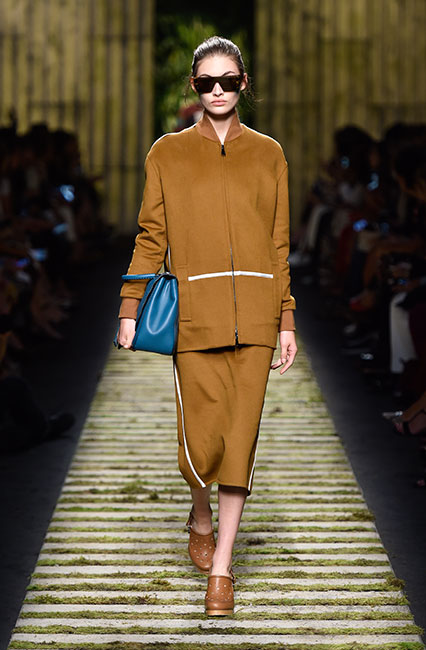 max-mara-ss17-collection-spring-summer-2017-dress-27-tan-dress-full-sleeve-handbag