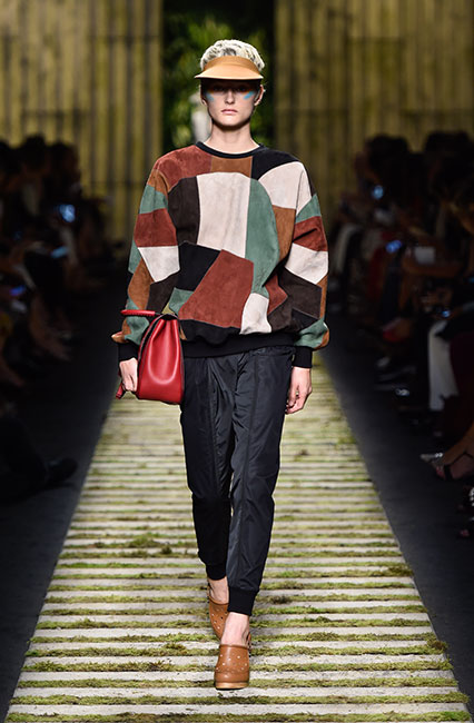 max-mara-ss17-collection-spring-summer-2017-dress-28-block-printed-top-black-pant-red-handbag