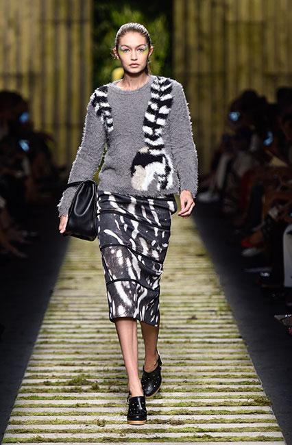 max-mara-ss17-collection-spring-summer-2017-dress-42-gigi-hadid-fur-top-full-sleeves-black-handbag