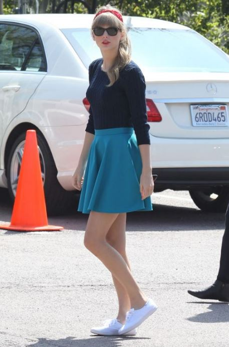 taylor-swift-skater-skirt-plimsolls-white-60-s-fashion
