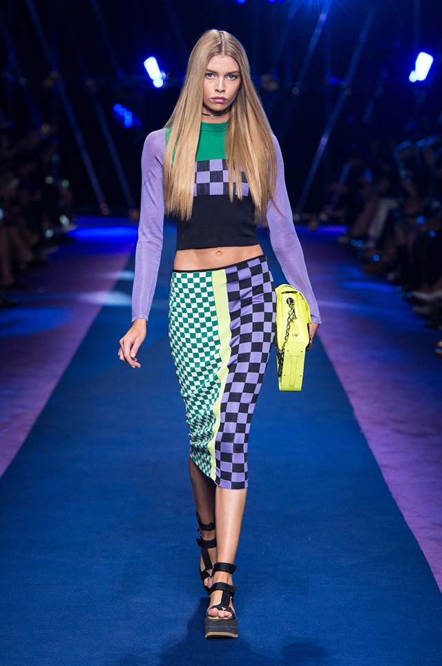 versace-ss17-spring-summer-2017-collection-dress-15-full-sleeve-crop-top-skirt-checkered-pattern