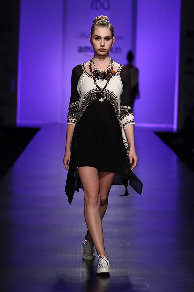malini-ramani-latest-amazon-india-fashion-week-spring-summer-2017-black-short-dress-white-sneakers