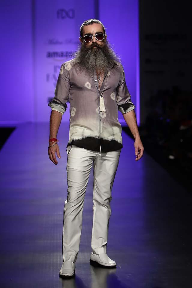 malini-ramani-latest-amazon-india-fashion-week-spring-summer-2017-white-trousers-die-tie-shirt