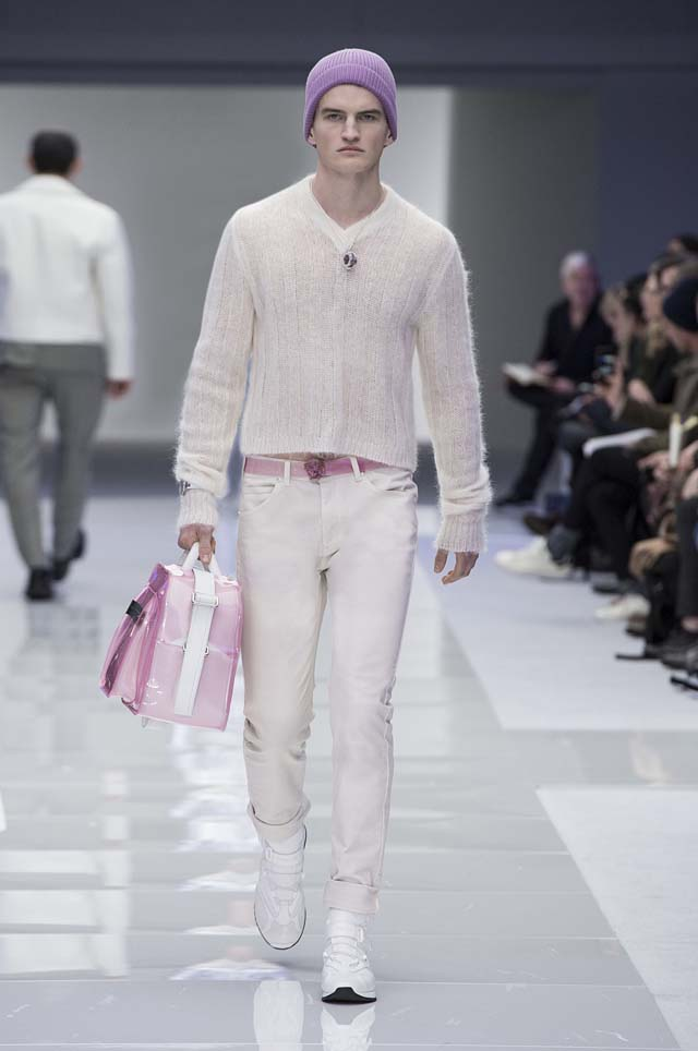 versace-menswear-mens-fall-winter-2016-fw16-14-nude-sweater-pink-bag