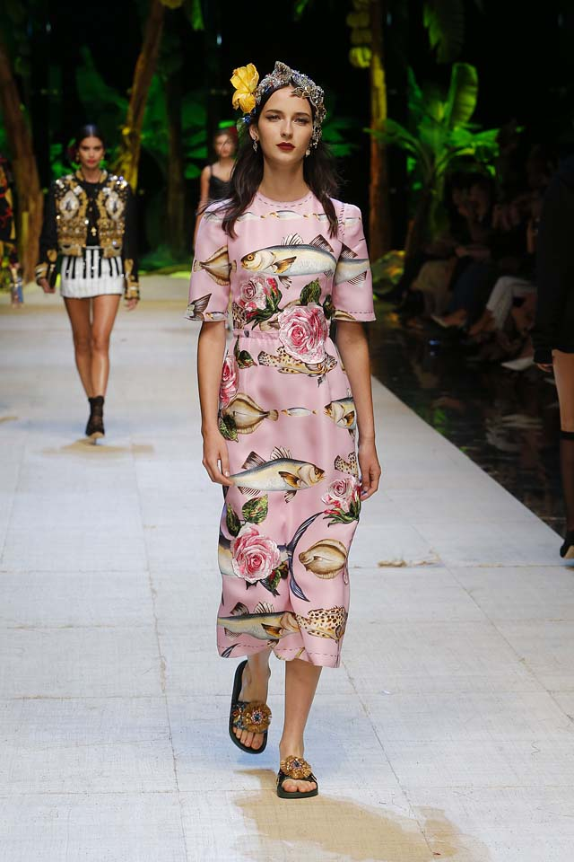 dolce-gabbana-spring-summer-2017-ss17-rtw-17-hair-accessory-rose-pink-printed-midi-dress