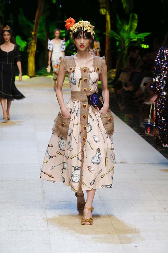 dolce-gabbana-spring-summer-2017-ss17-rtw-26-hair-accessory-spoon-mug-printed-dress