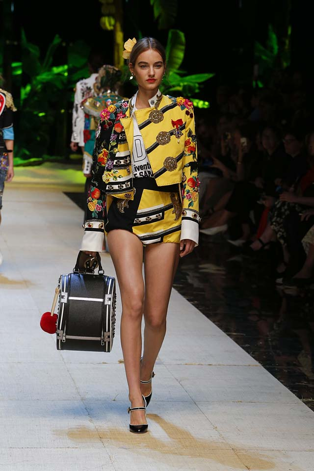 dolce-gabbana-spring-summer-2017-ss17-rtw-4-printed-yellow-jacket-shorts-large-bag