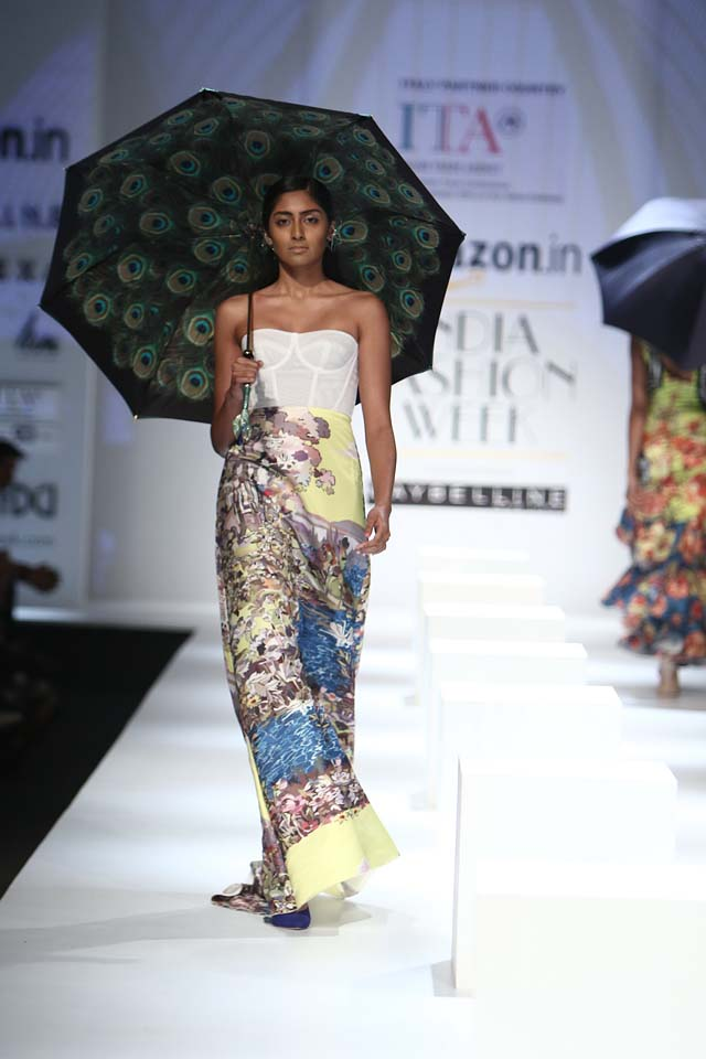 italian-fashion-show-aifw-spring-summer-2017-collection-dress-12-maxi-dress-yellow-white-printed-strapless-peacock-umbrella