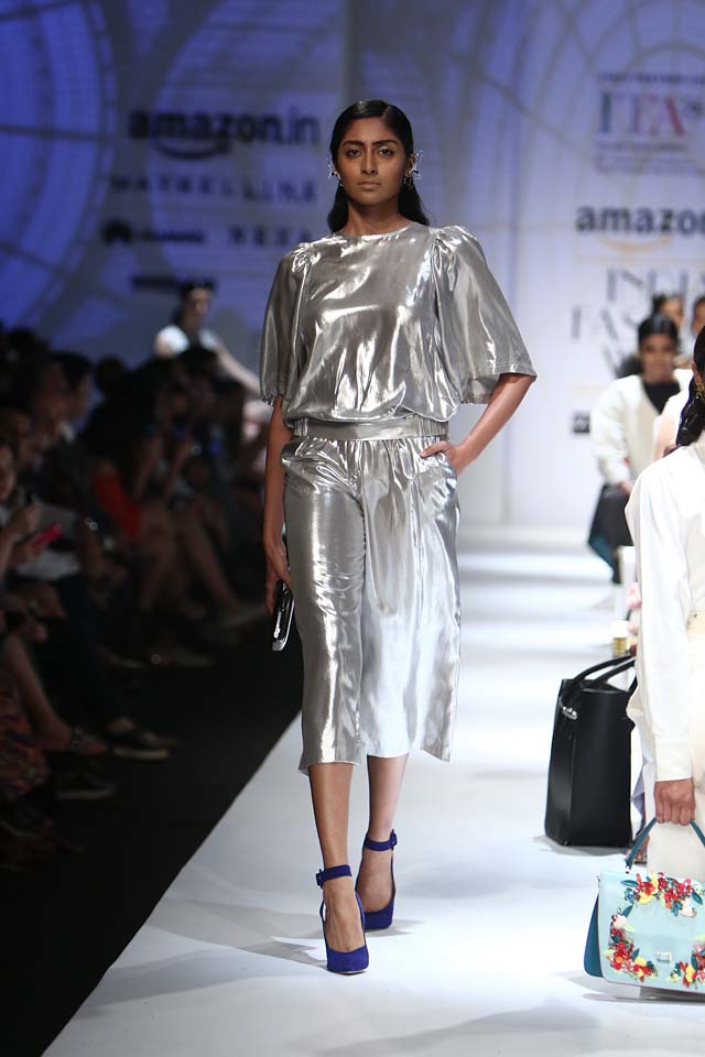 italian-fashion-show-aifw-spring-summer-2017-collection-dress-3-metallic-silver-dress-blue-sandals-culottes