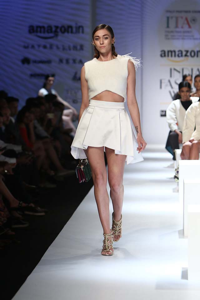 italian-fashion-show-aifw-spring-summer-2017-collection-dress-4-mini-skirt-white-crop-top-gold-sandals
