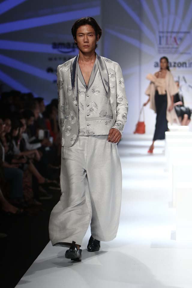 italian-fashion-show-aifw-spring-summer-2017-collection-dress-5-broad-bottoms-pants-silver-jacket
