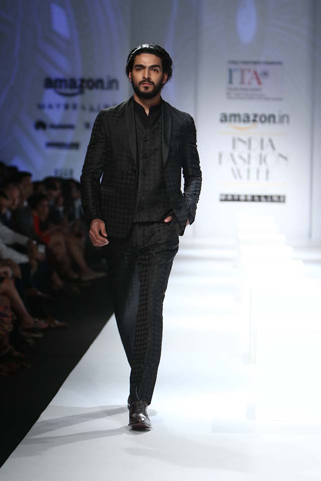 italian-fashion-show-aifw-spring-summer-2017-collection-dress-9-checkered-suit-black-fromal-wear