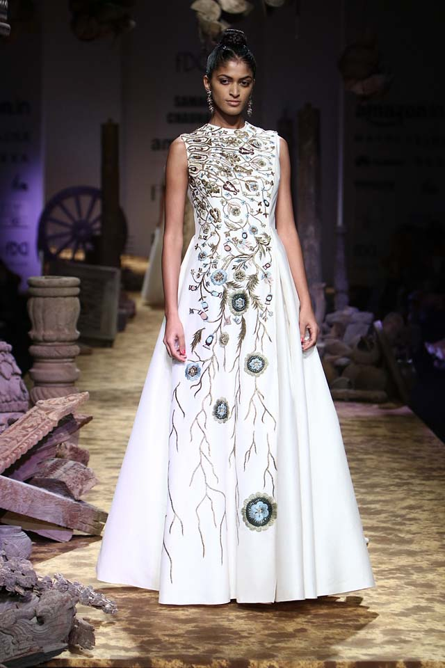 samant-chauhan-aifw-spring-summer-2017-collection-white-bridal-dresses-1-sleeveless-designer