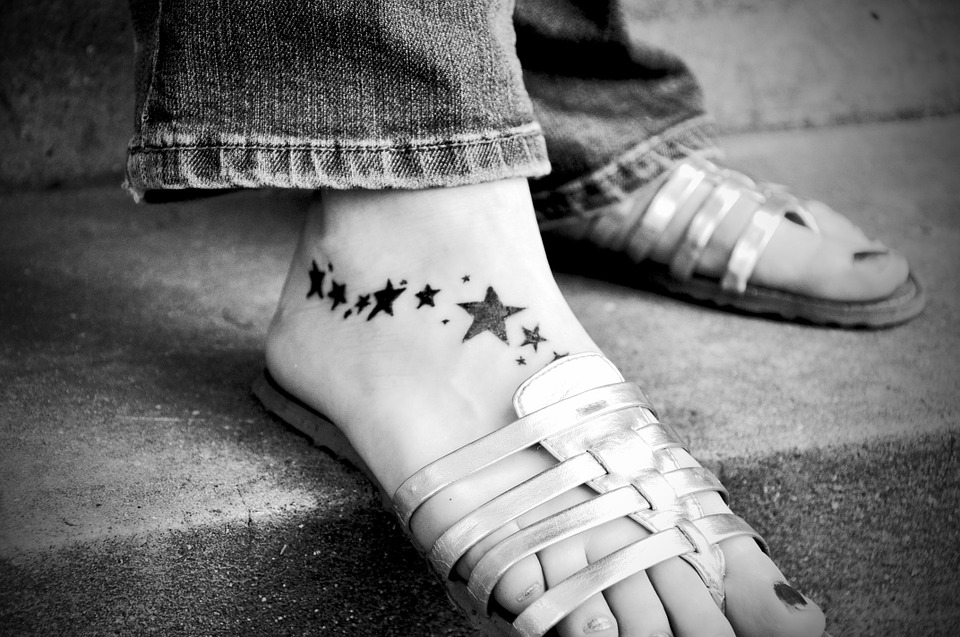 beautiful-tatoo-designs-for-women-star-inked-legs-winter-2017