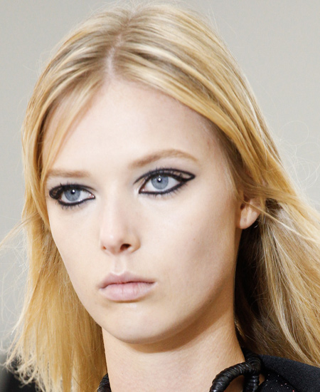 best-makeup-trends-fashion-beauty-ss17-louis-vuitton-black-eyeliner