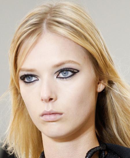 best-makeup-trends-fashion-beauty-ss17-louis-vuitton-black-eyeliner