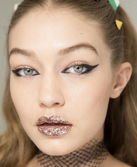 fashion-makeup-trends-spring-summer-2017-fendi-gigi-hadid-statement-eyeliner