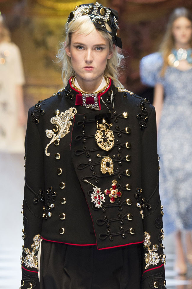 fashionable-winter-coats-dolce-and-gabbana-fall-winter-2016-17-women-black-outfit-embellished-jacket