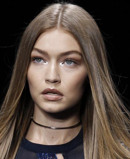 gigi-hadid-latest-fashion-makup-trends-ss17-bold-eyebrows-versus-versace