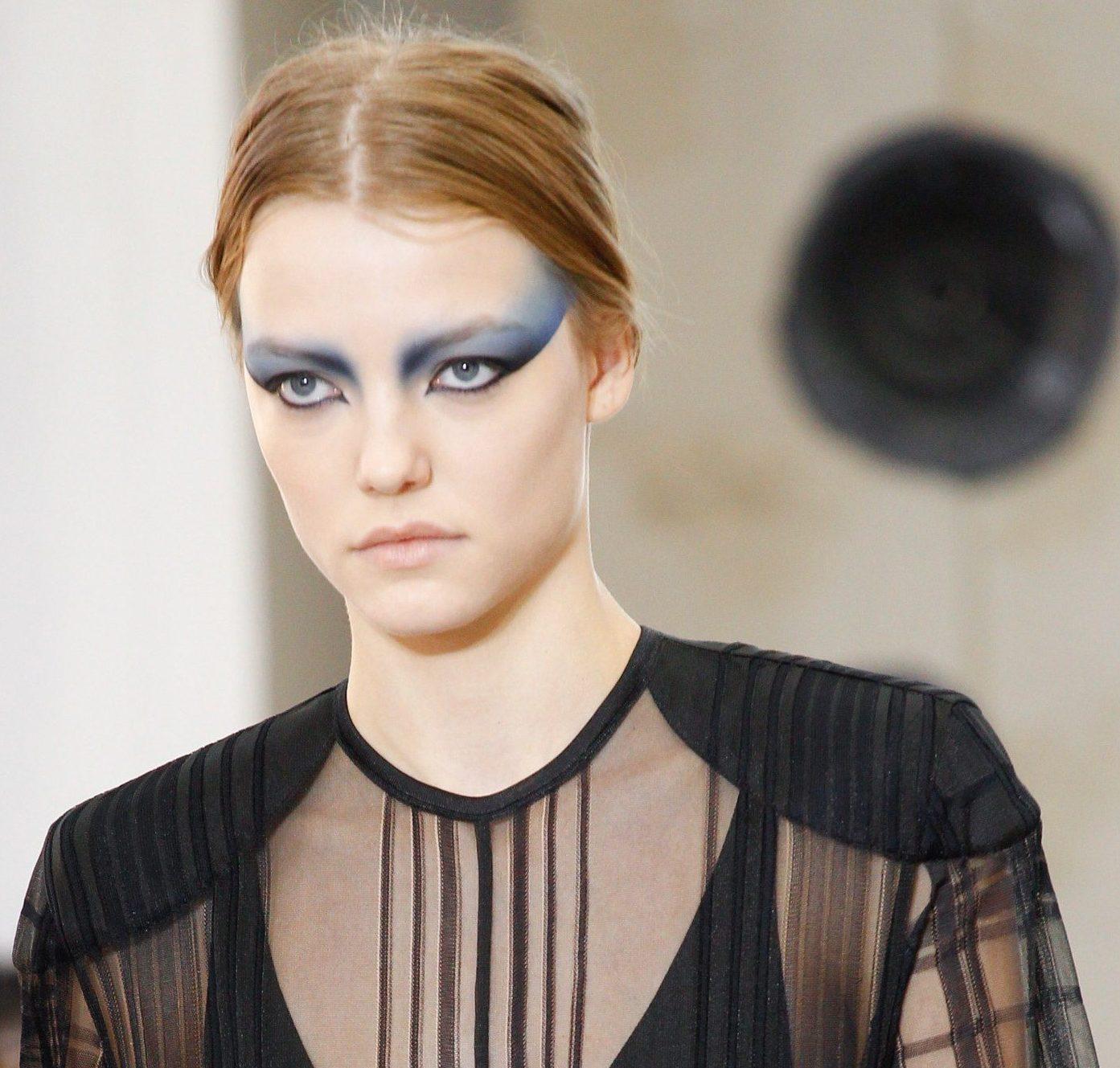 louis-vuitton-ss17-collection-top-hair-makeup-looks-statement-eye-shadows