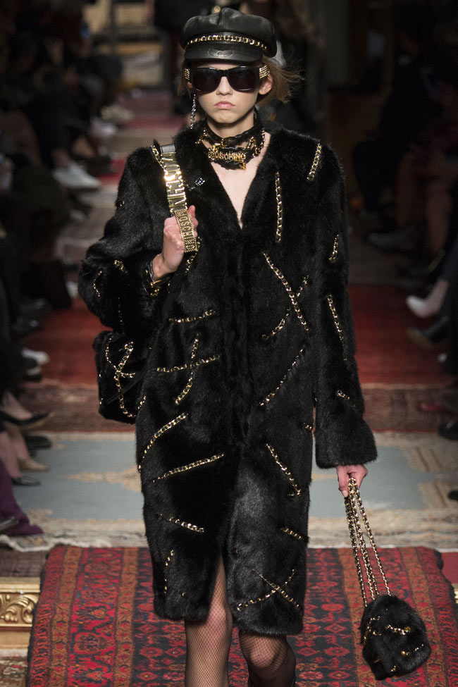moschino-fall-2016-winter-2017-collection-latest-coat-trends-black-velvet-coat