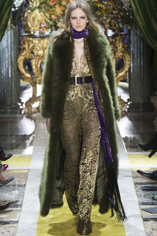 roberto-cavalli-fall-2016-winter-2017-womens-fur-collar-latest-coat-trends