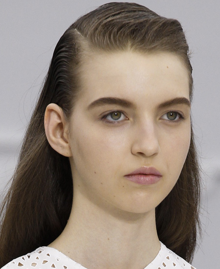 salvatore-ferragamo-bold-dark-eyebrows-latest-makeup-trends-2017-spring-summer