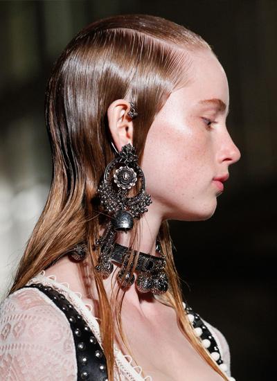 alexander-mc-queen-trendy-hair-style-ss17-wet-look
