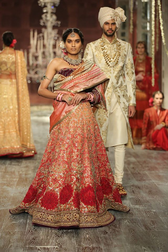 red-strapless-indian-wedding-lehenga-design-tarun-tahiliani-2017