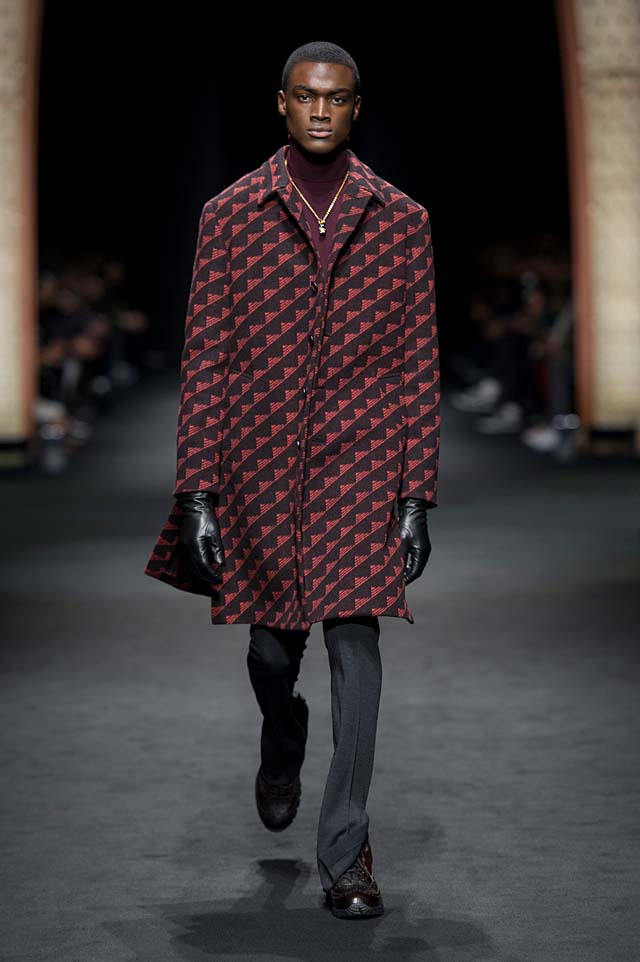 Versace_Men_FW17_ fall-winter-2017 (1)-pattern-coat-gloves