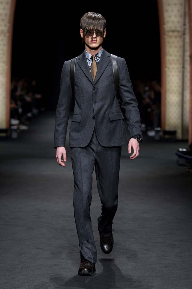 Versace_Men_FW17_ fall-winter-2017 (12)-suit-tie-backpack-sunglasses-hairstyle