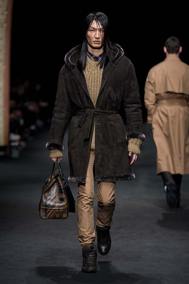 Versace_Men_FW17_ fall-winter-2017 (14)-hairstyle-sweater-bag-coat-fur