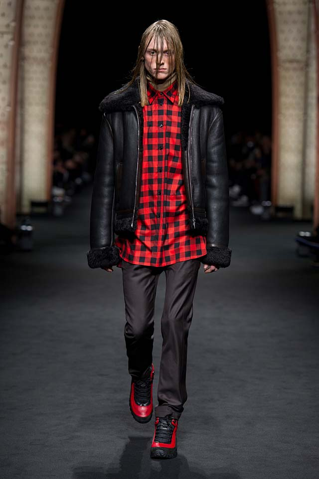Versace_Men_FW17_ fall-winter-2017 (15)-fur-black-leather-jacket-checkered-shirt-hairstyle