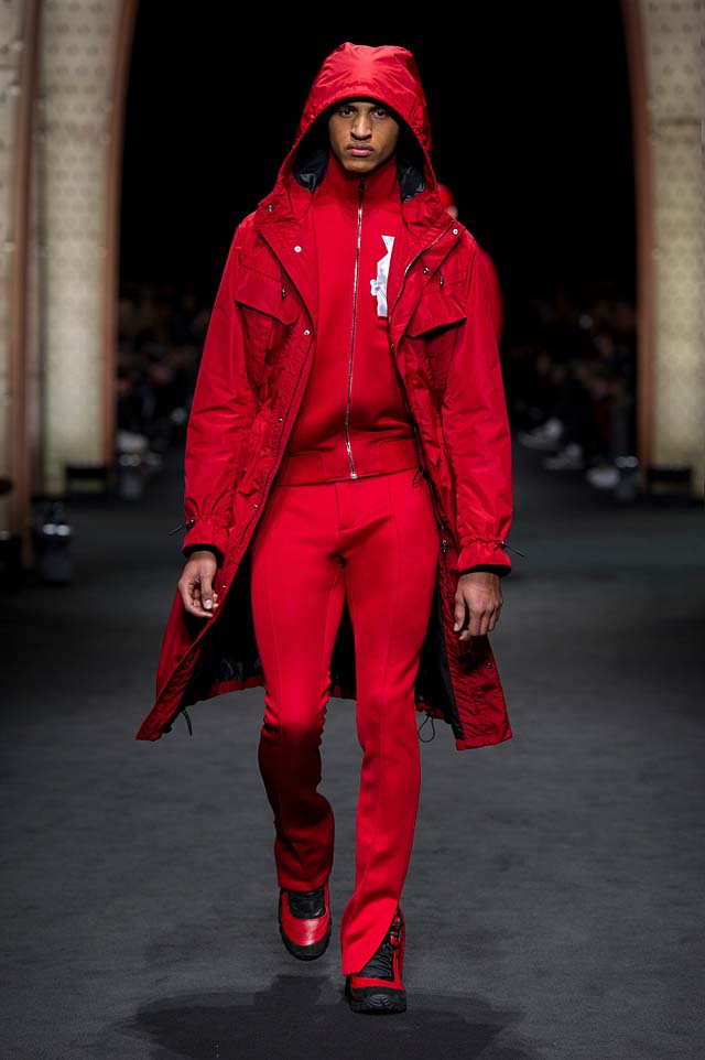 Versace_Men_FW17_ fall-winter-2017 (18)-all-red-outfit-coat-monochrome-hoodie