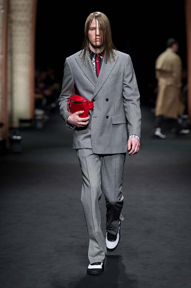 Versace_Men_FW17_ fall-winter-2017 (19)-gray-suit-graphic shirt-red-bag-hairstyle