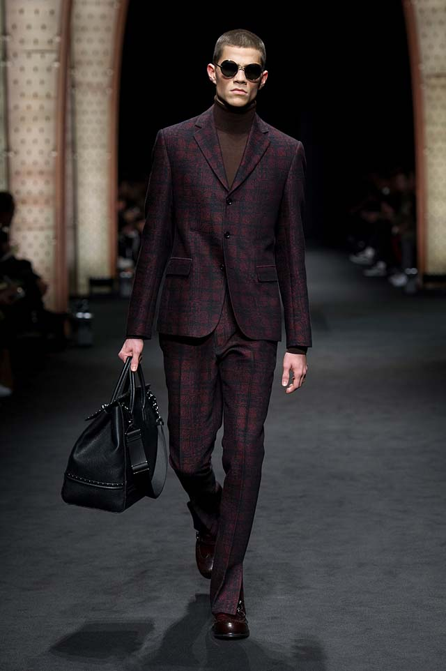 Versace_Men_FW17_ fall-winter-2017 (2)-violet-suit-sunglasses-bag
