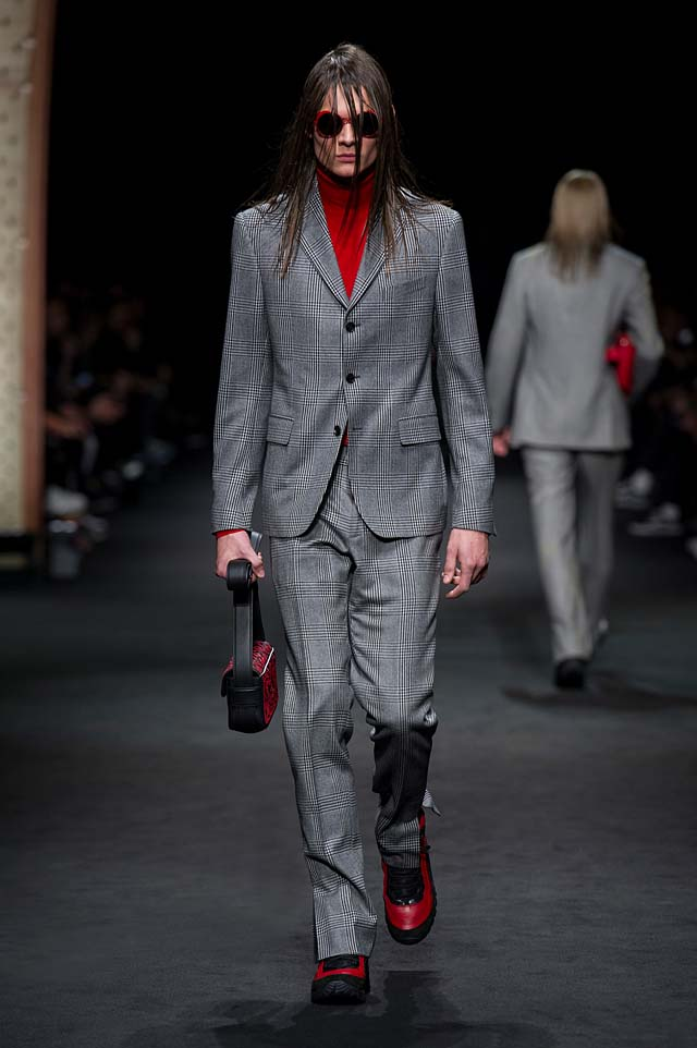 Versace_Men_FW17_ fall-winter-2017 (20)-striped-suit-bag-hairstyle-sunglass