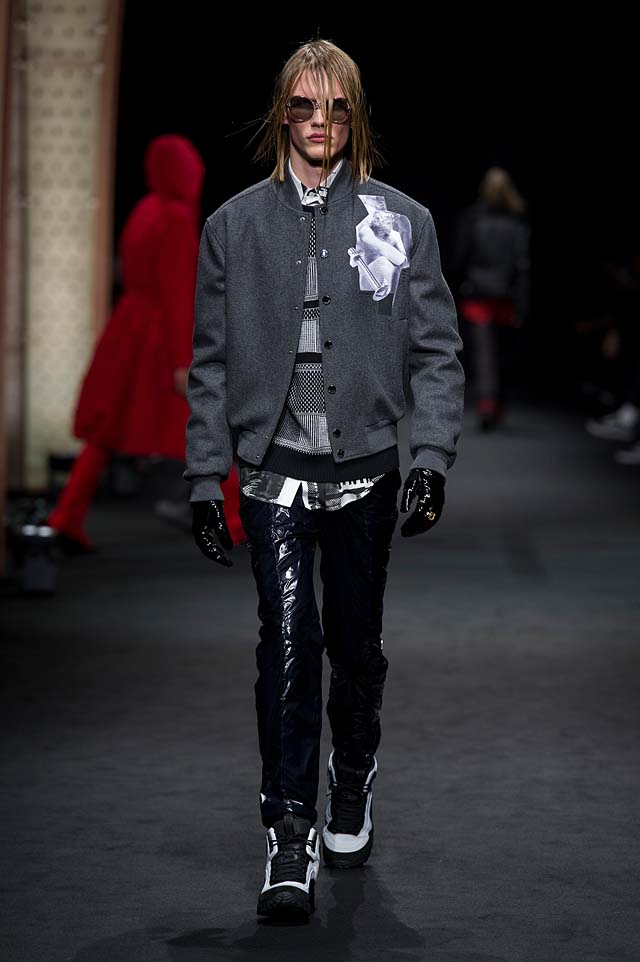 Versace_Men_FW17_ fall-winter-2017 (23)-gloves-leather-pant-graphic-jacket